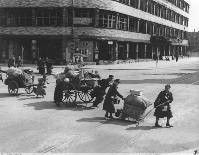 fot. Ludność niemiecka opuszcza Wrocław. Fot. John Vachon. rok 1946