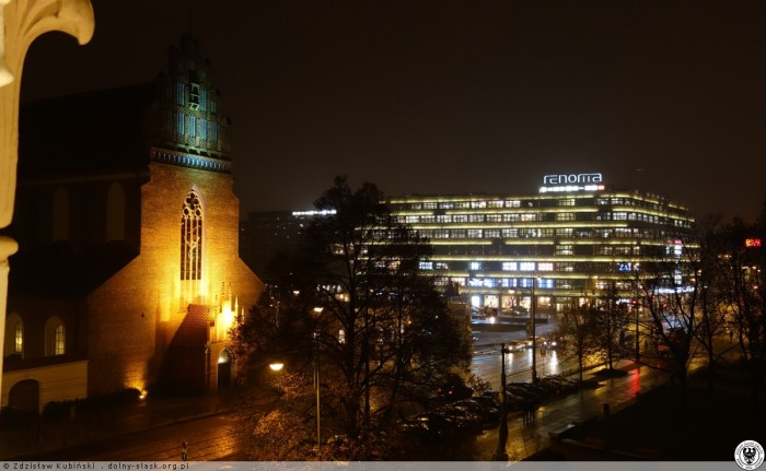 fot. Widok z budynku opery na Kościół Bożego Ciała i budynek Domu Handlowego Renoma (ex PDT) . rok 2016