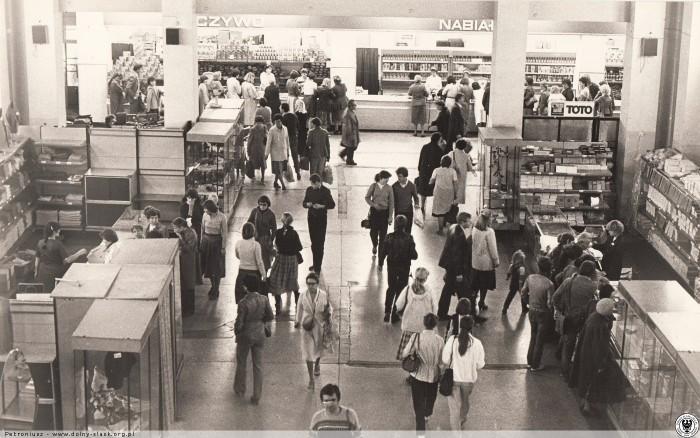 """fot. """"Największy we Wrocławiu obiekt handlowo-popularny PDT - obchodzi swoje 30-lecie."""" rok 1983"""