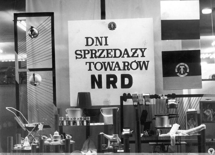 fot. Dni sprzedaży towarów z NRD w PDT Centrum (dzisiejsza Renoma). Fot. T. Szwed.