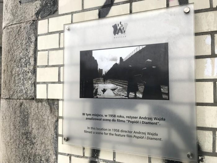 """tablica pamiątkowa uwieczniająca kadr z filmu """"Popiół i diament"""""""